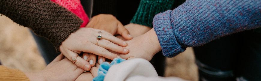 Obrazek przedstawia złożone ręce w geście podziękowań