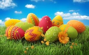 Grafika przedstawia Wielkanocne jajka na trawie